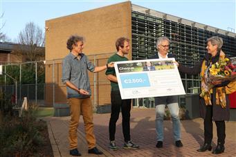 De Stedelijke Scholengemeenschap Nijmegen (SSgN) fietst een mooie bijdrage voor Stichting Leergeld bij elkaar